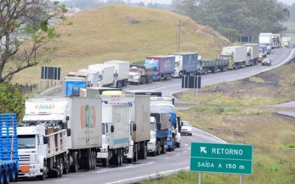 greve-dos-caminhoneiros-600x375